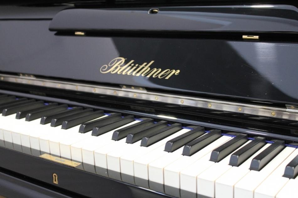 klavier bl thner kaufen bl thner klavier 131 schwarz hochglanz poliert neuaufbau pianova. Black Bedroom Furniture Sets. Home Design Ideas