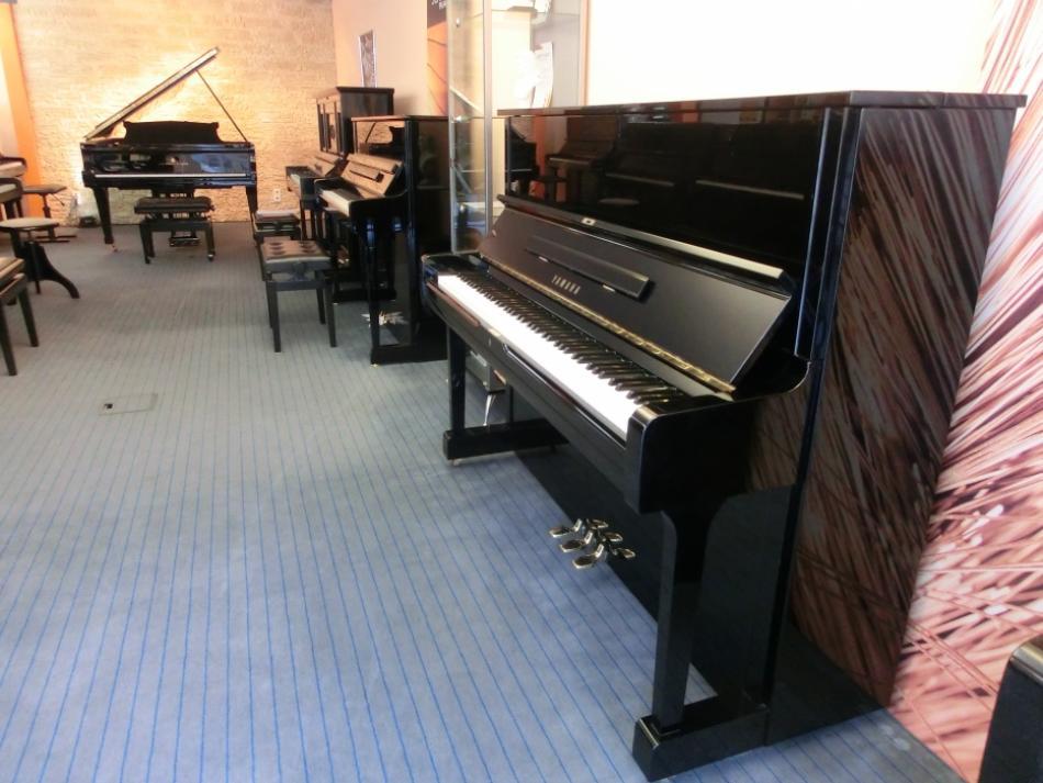 klavier yamaha u1 kaufen yamaha klavier mod u1a schwarz poliert gebraucht pianova. Black Bedroom Furniture Sets. Home Design Ideas